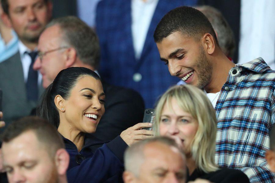Kourtney Kardashian et son compagnon Younes Bendjima dans les tribunes du Parc des Princes