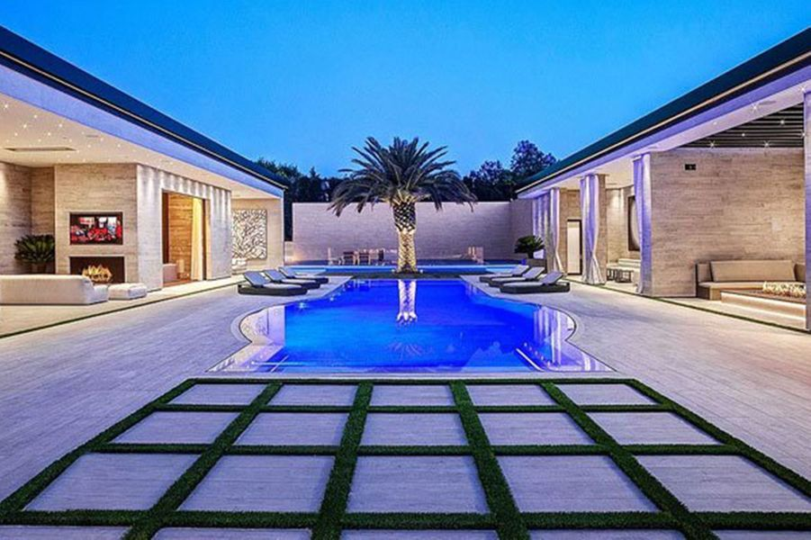 Kylie Jenner a dépensé 36,5 millions de dollars pour acquérir cette luxueuse propriété située dans le quartier huppé deHolmby Hills à Los Angeles