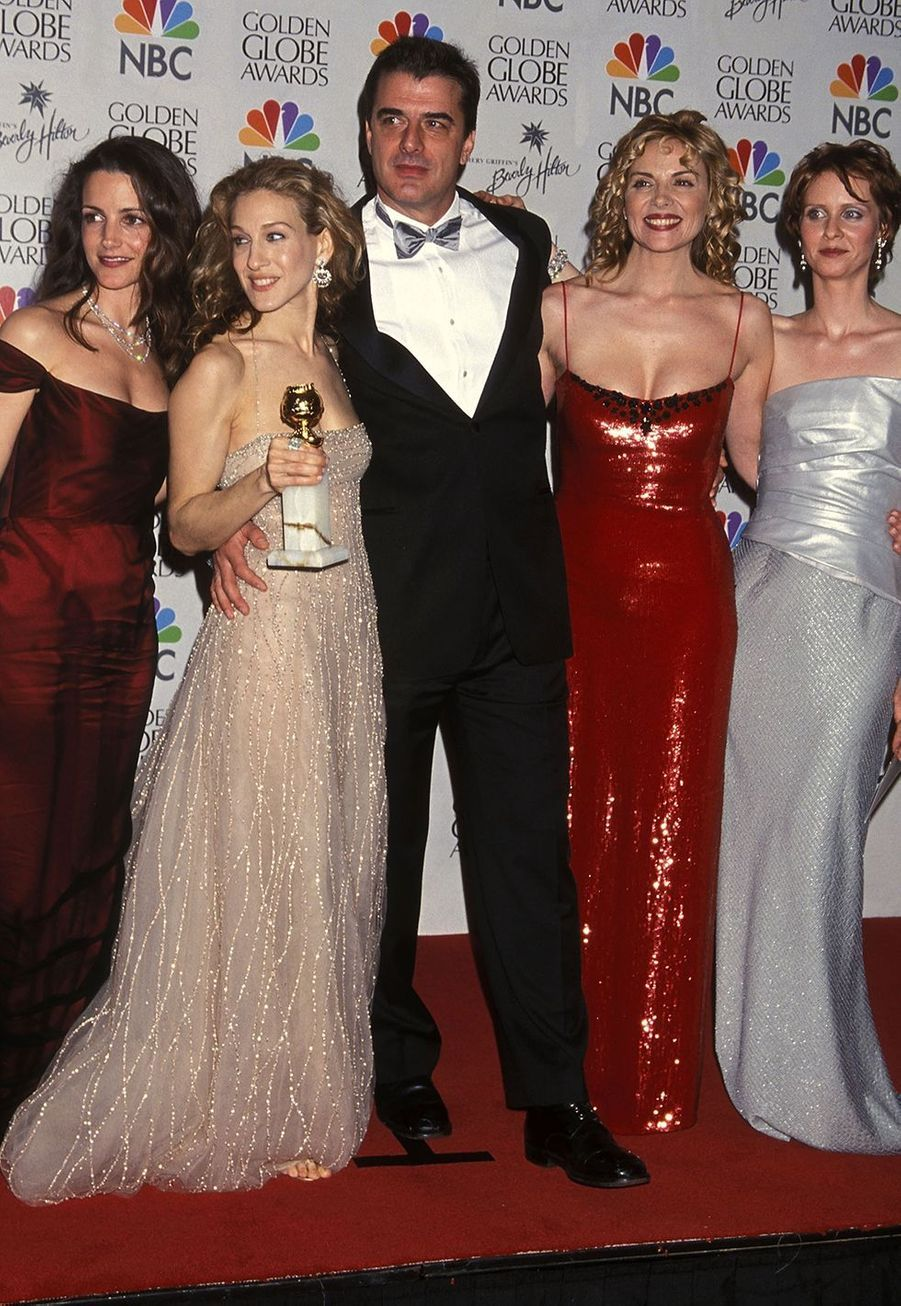 "Sarah Jessica Parker aux Golden Globe Awards en 2000 à Beverly Hills, entourée des membres du casting de ""Sex and the City"": Kristin Davis,Chris Noth, Kim Cattrall et Cynthia Nixon."