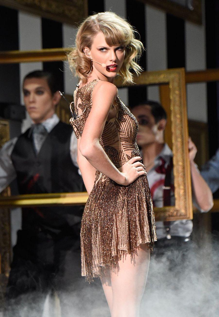Taylor Swift sur scène lors des American Music Awards à Los Angeles le 23 novembre 2014