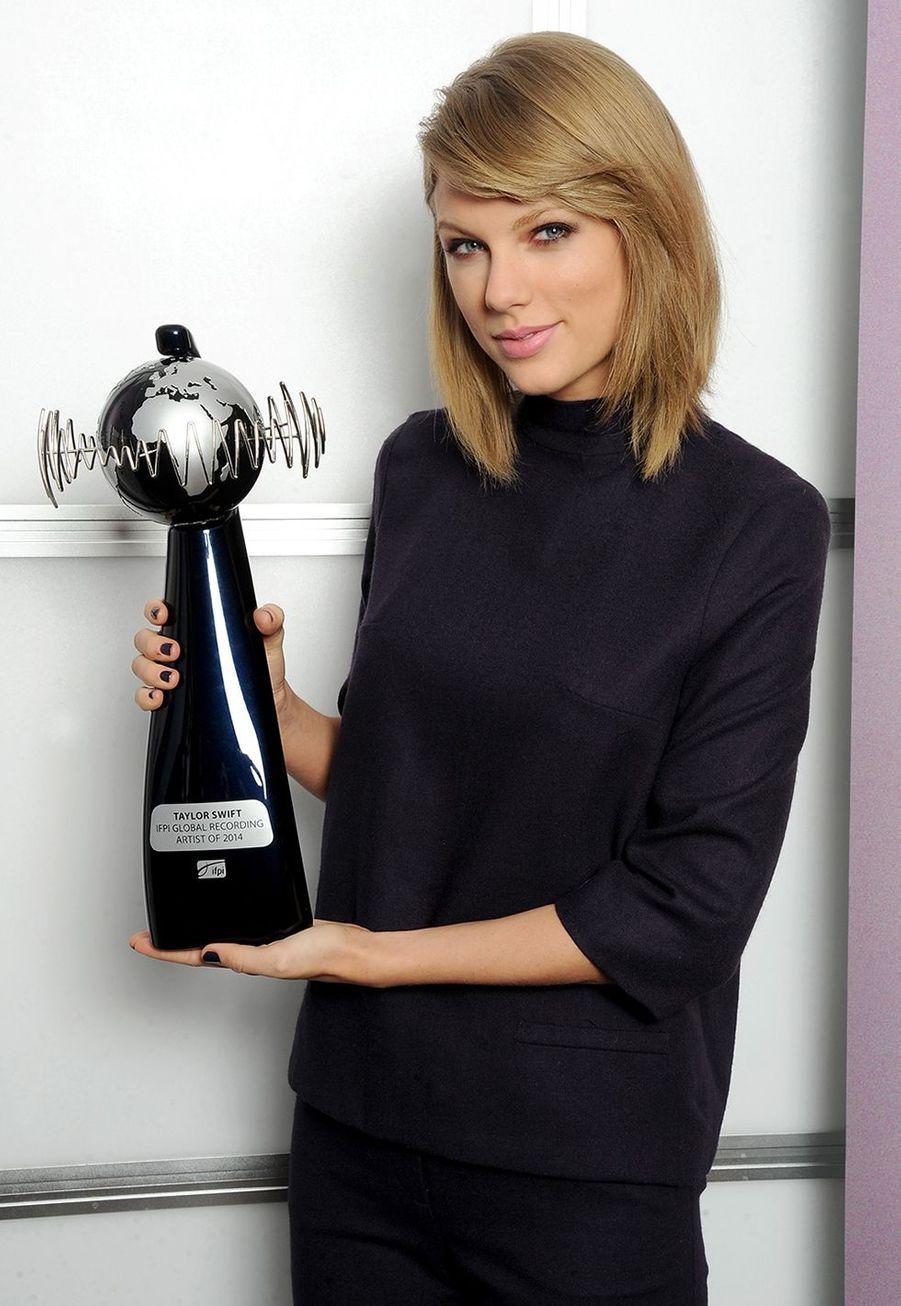 Taylor Swift reçoit le IFPI Global Recording Artist Award lors des BRIT Awards à Londres le 23 février 2015
