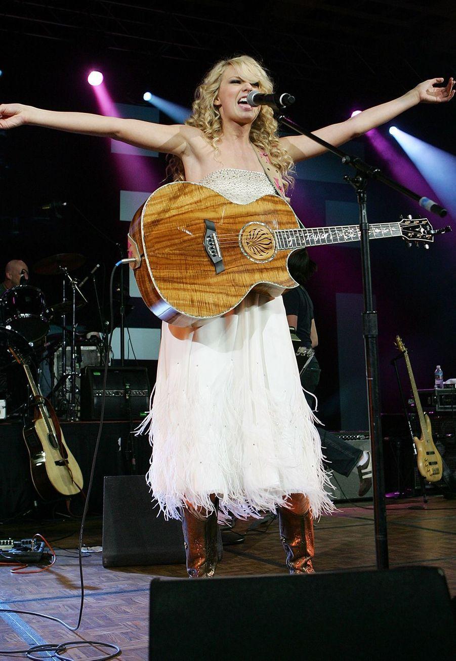 Taylor Swift lors d'un concert à Las Vegas pour les Country Music Awards le 15 mai 2007