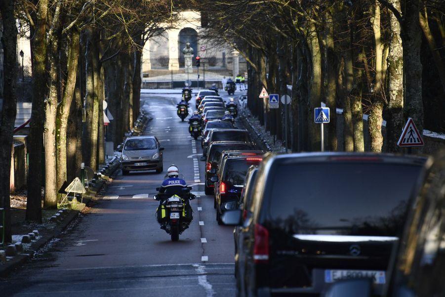 Le cortège funèbre de Johnny Hallyday quitte Marnes-la-Coquette