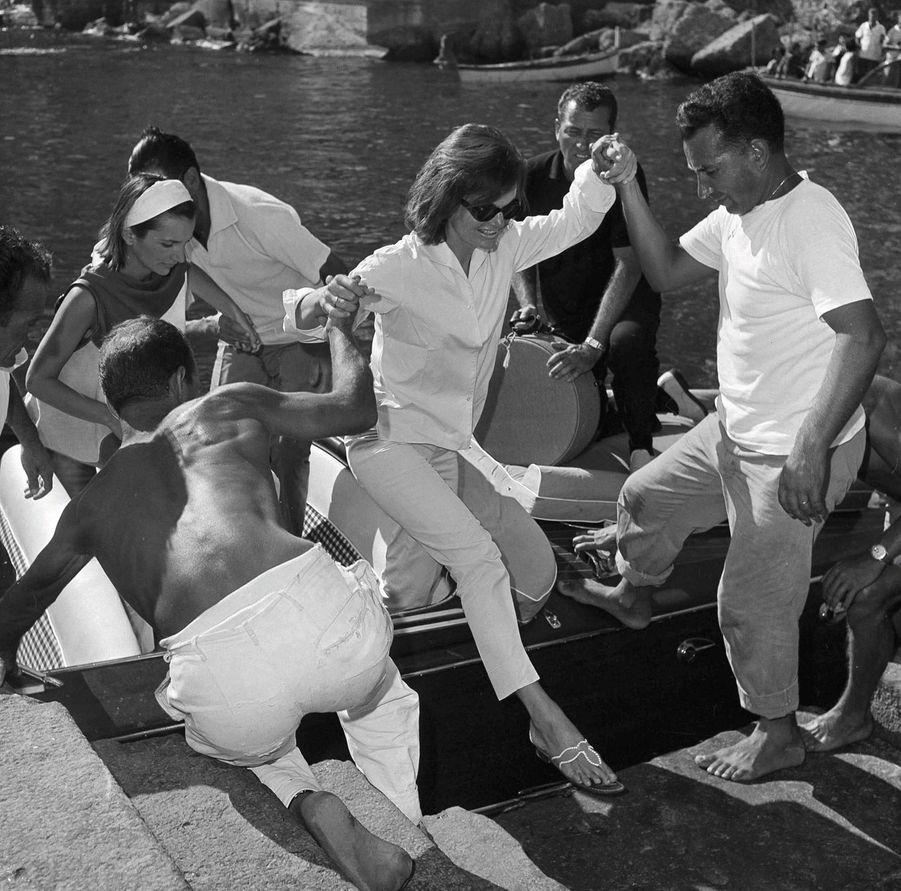 Août 1962, sur la côte amalfitaine en Italie : Jacqueline Kennedy et sa sœur Lee Radziwill s'offrent des vacances loin de Washington.