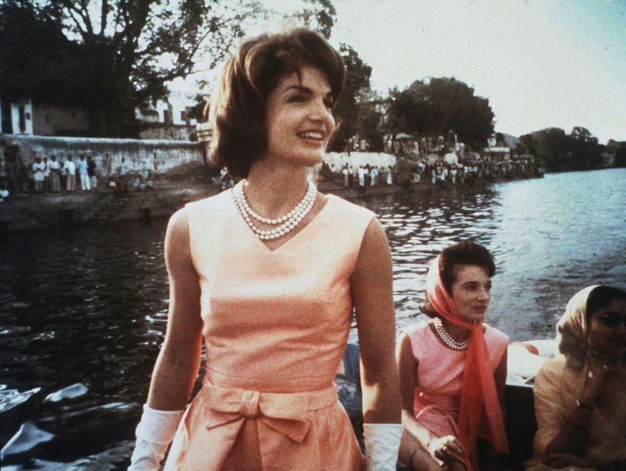 Mai 1962 : Jackie Kennedy et Lee Radziwill naviguent sur le lac Pichola, en Inde.