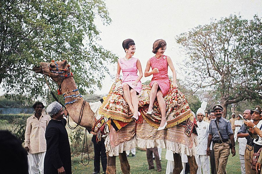 Mars 1962 : Lee et Jackie à Rawalpindi, au Pakistan, à dos de chameau.