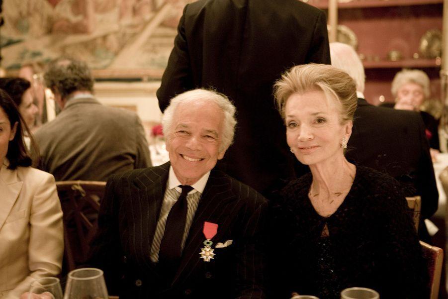 Dîner à l'ambassade des Etats-Unis en avril 2010 après que le couturier Ralph Lauren a été élevé au rang de Chevalier de la Légion d'honneur à Paris, aux côtés de Lee Radziwill.