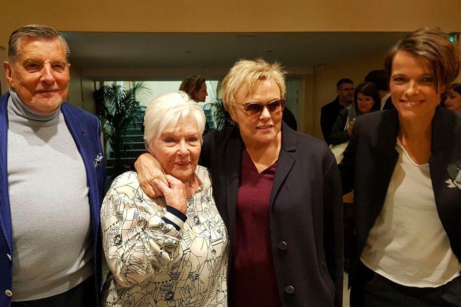 Line Renaud entourée de ses amis Jean-Claude Camus, Muriel Robin et Anne Le Nen.