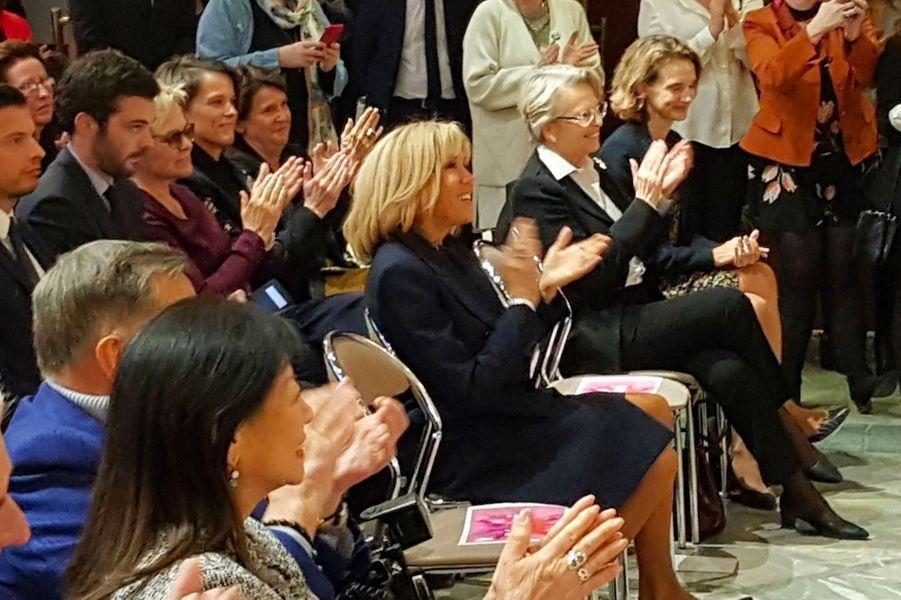 """Line Renaud, ici aux côtés de Thierry Saussez, Brigitte Macron et Patrick Ollier. Derrière elle, sa """"fille"""" Muriel Robin lui tient la main."""
