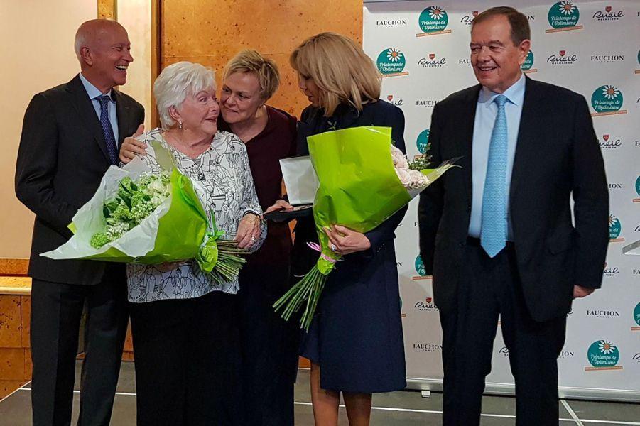 Line Renaud reçoit son prix, entourée de Brigitte Macron et Muriel Robin.