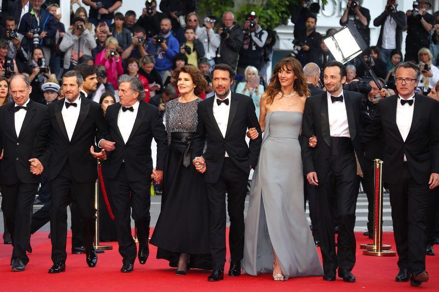 """L'équipe du film """"La belle époque"""" de Nicolas Bedos monte les marches à Cannes, le 20 mai 2019."""