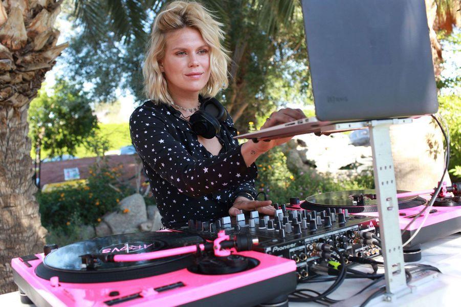 Alexandra Richards derrière les platines lors d'une soirée Victoria's Secret à Palm Springs.