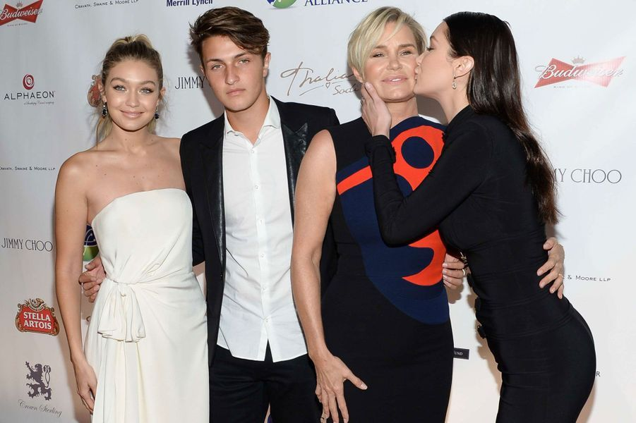 Gigi, Anwar, Yolanda et Bella Hadid à New York en octobre 2015.