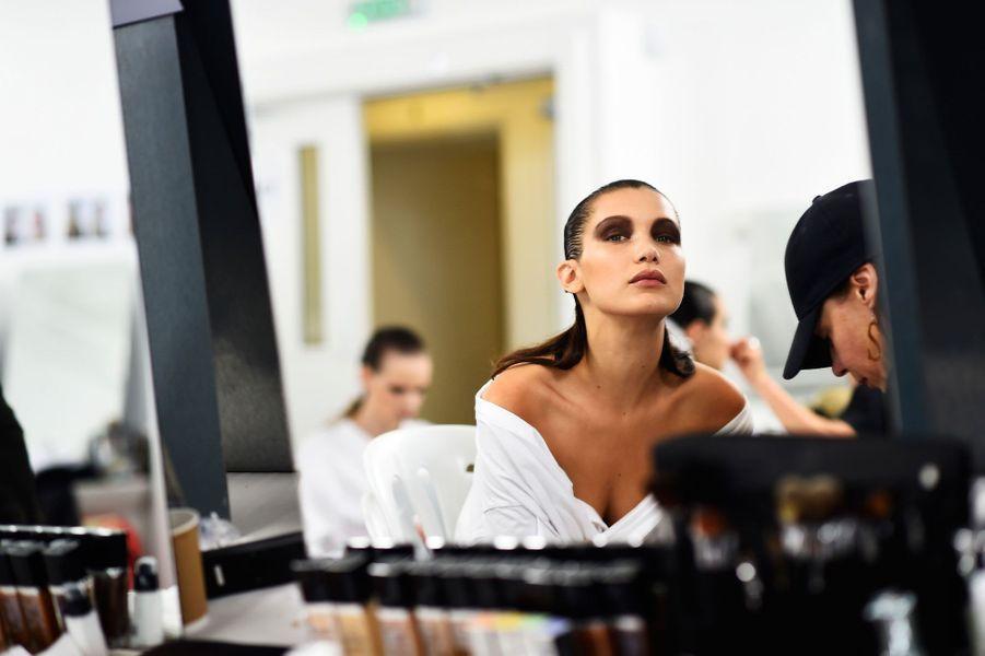 Bella Hadid, dans les coulisses d'un défilé Dior