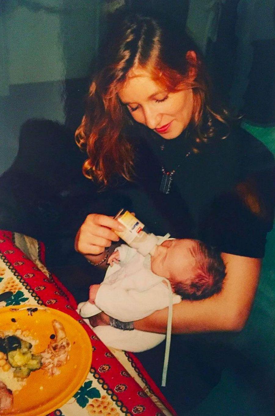 Chloé Jouannet dans les bras de sa maman, Alexandra Lamy