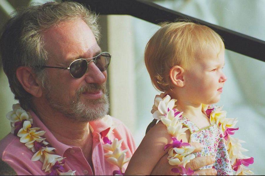 Destry Allyn dans les bras de son père, Steven Spielberg