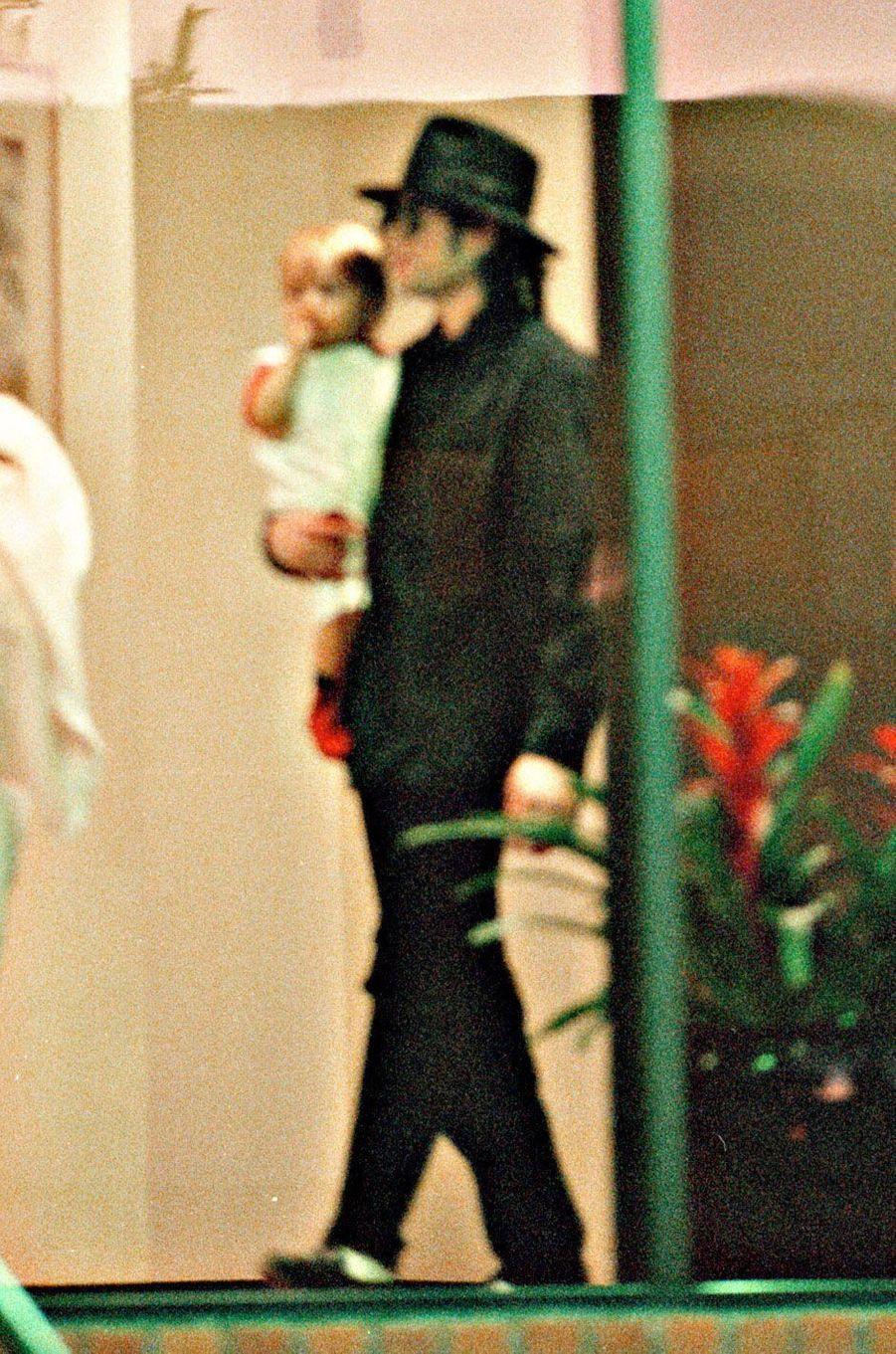 Paris Jackson dans les bras de son père Michael Jackson