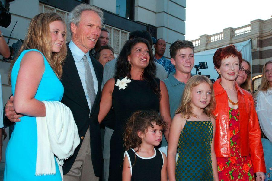 Scott Eastwood en 2002De gauche à droite : sa soeur Katie (14 asns), son père Clint Eastwood, sa belle-mère Dina Ruiz, sa demi-soeur (5 ans), sa demi-soeur Francesca (9 ans) et son ex-belle mère Frances Fisher.