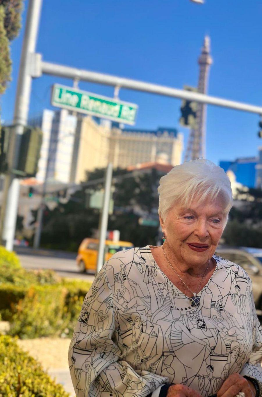 Line Renaud devant la rue qui porte son nom à Las Vegas.