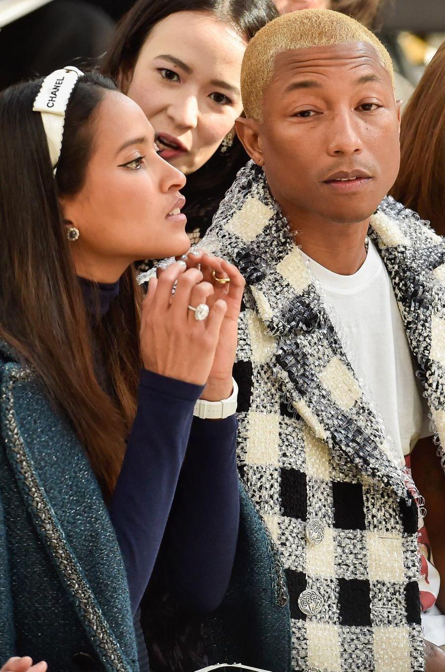 Helen Lasichanh et Pharrell Williams au défilé Chanel en mars 2016.