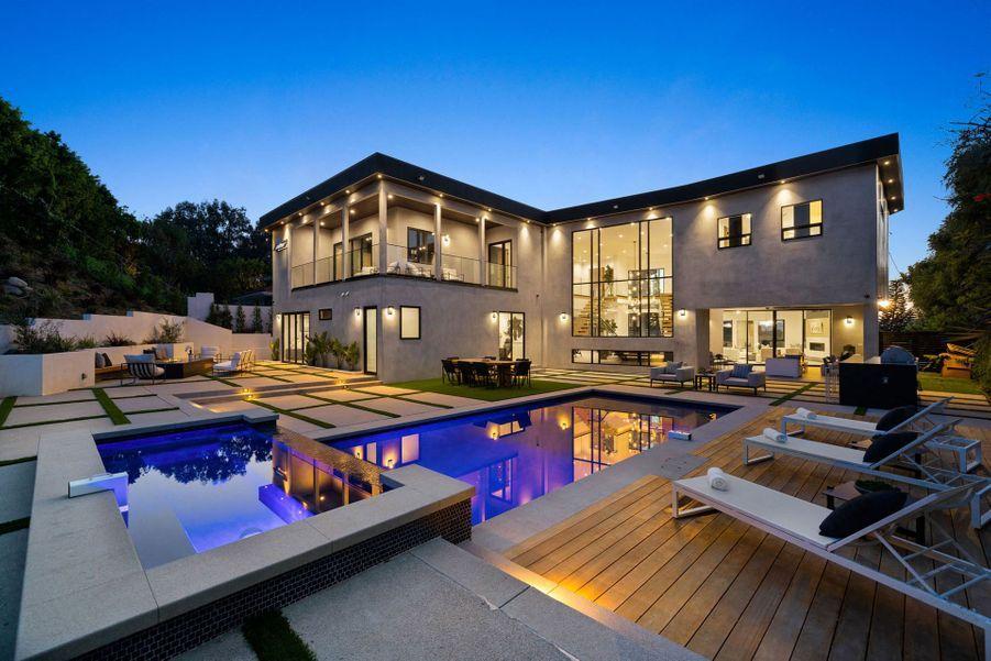Une piscine et un spa ont été rénovés à l'arrière de la luxueuse maison.