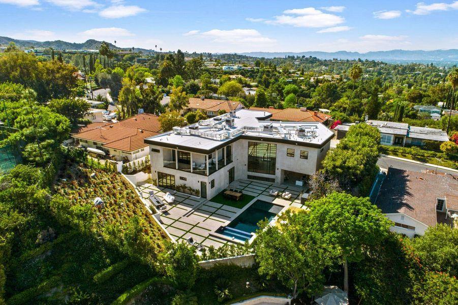 La demeure se situe dans un quartier chic en Californie.