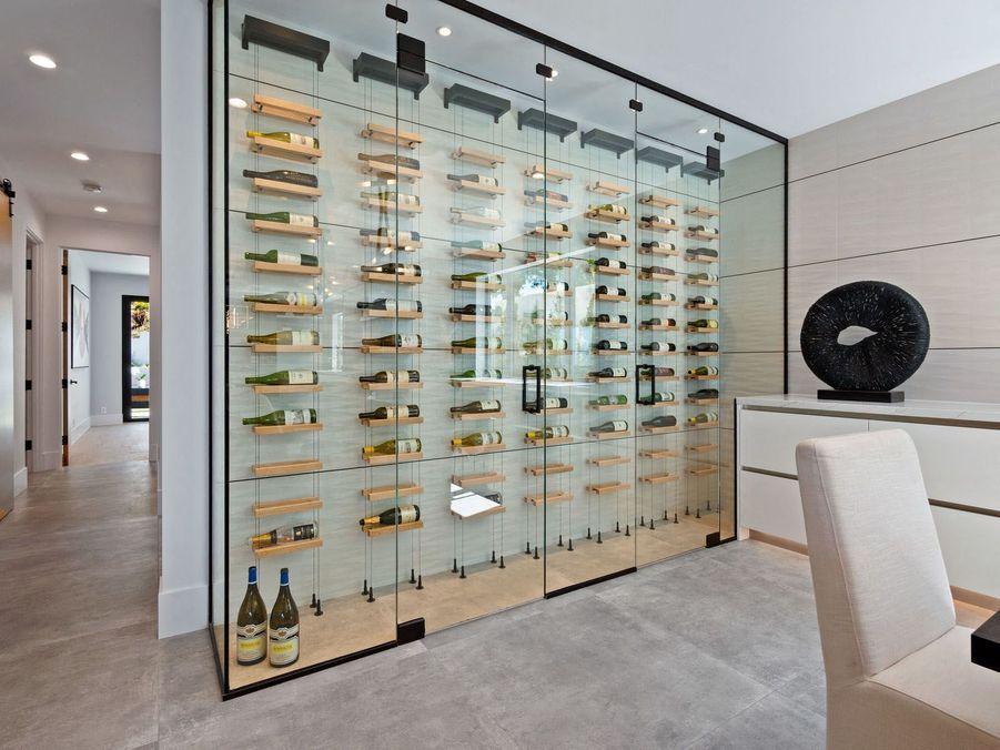 La cave à vins très contemporaine.