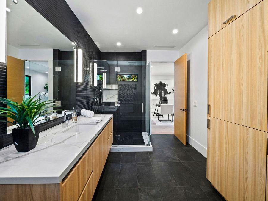 La maison dispose de neuf salles de bain.