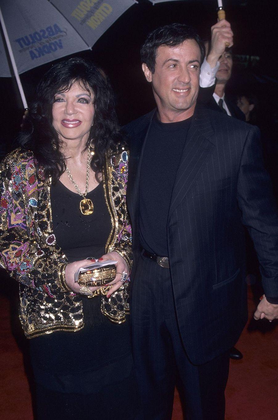 Jackie et Sylvester Stallone à la première du film«Daylight» à Los Angeles en 1996