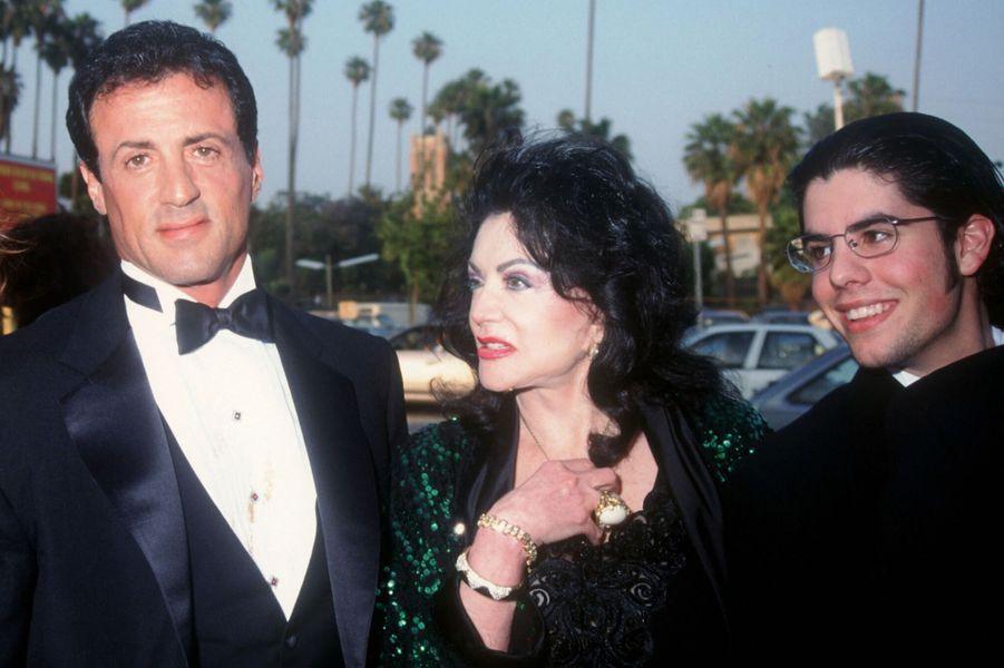 Sylvester et Jackie Stallone avec le fils de l'acteur, Sage, auxBlockbuster Entertainment Awards à Los Angeles en 1995