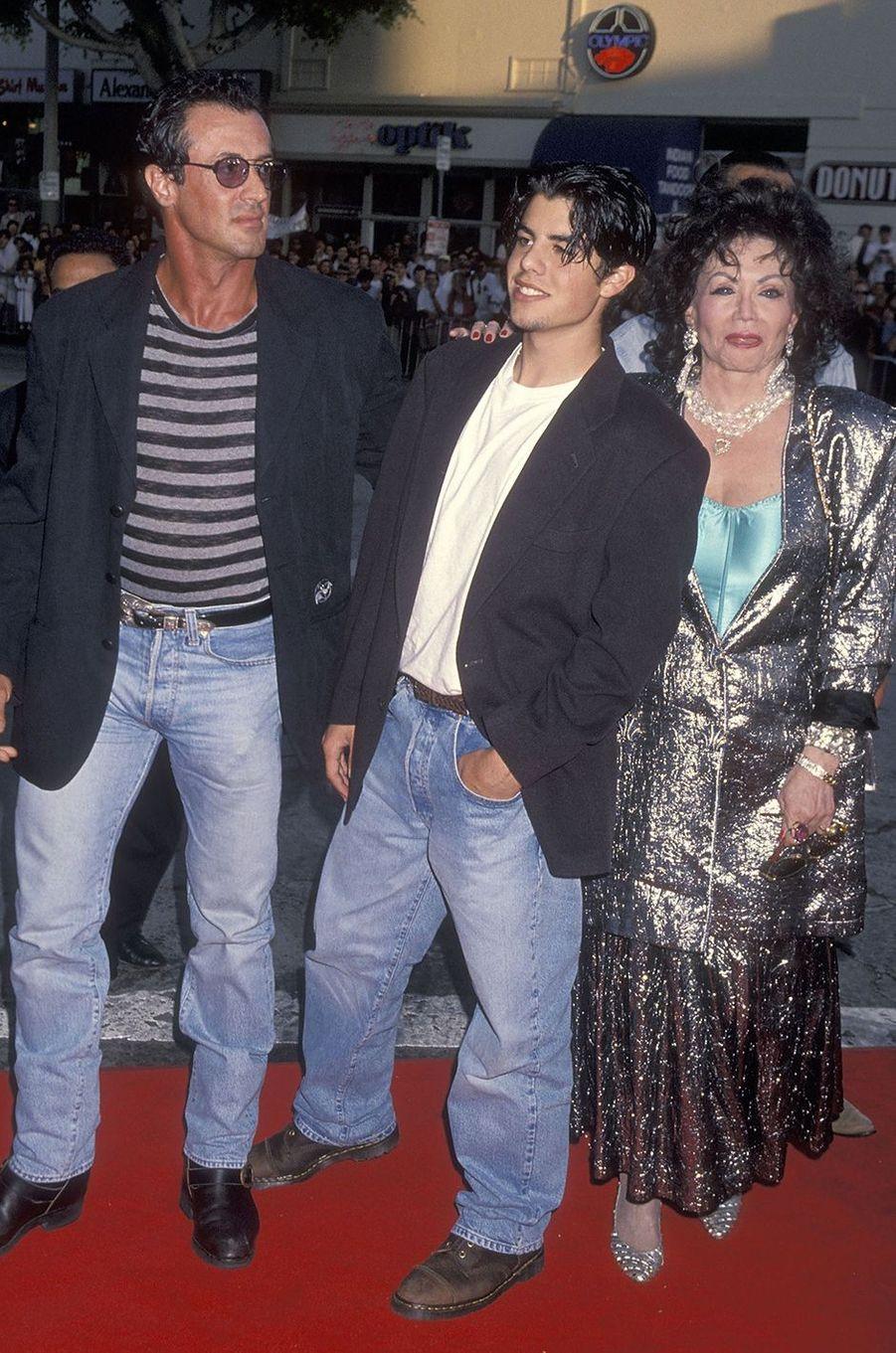Sylvester et Jackie Stallone avec le fils de l'acteur, Sage, à la première du film«True Lies» à Los Angeles en 1994