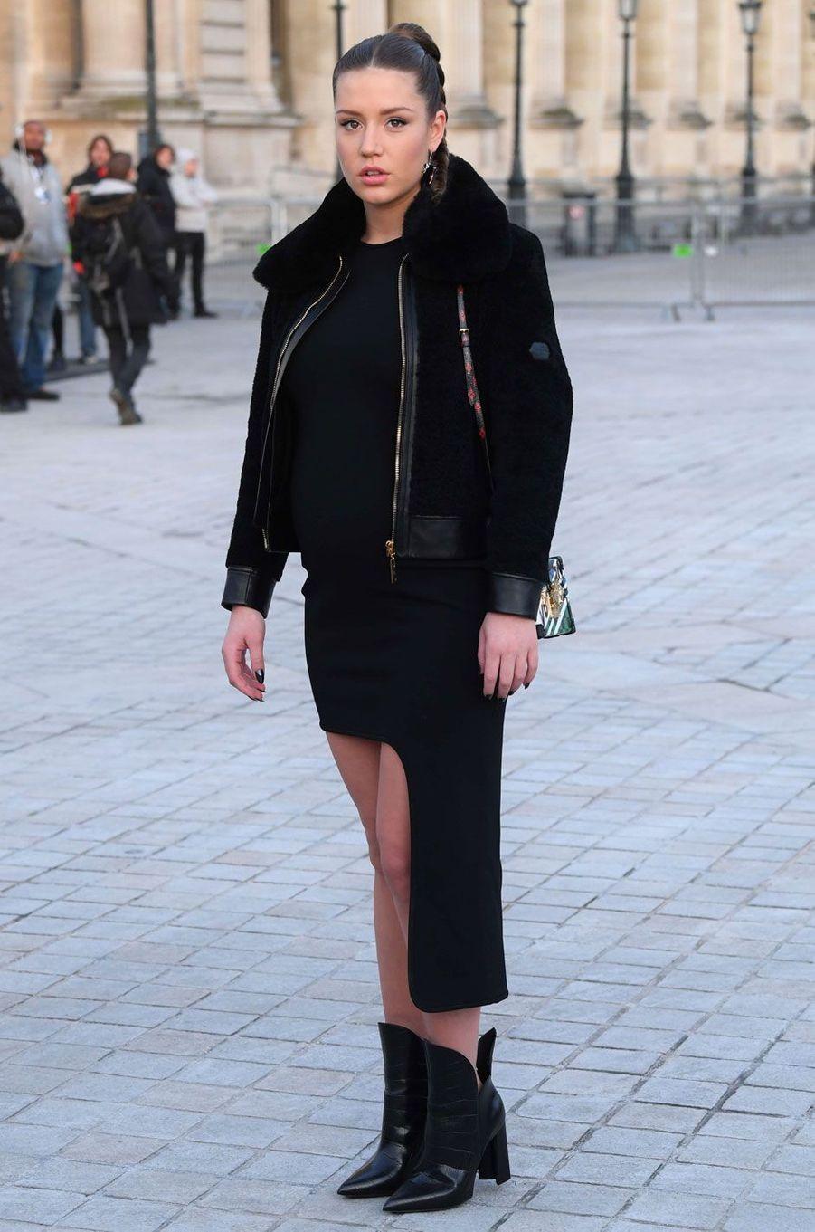 Adèle Exarchopoulos enceinte au défilé Louis Vuitton.