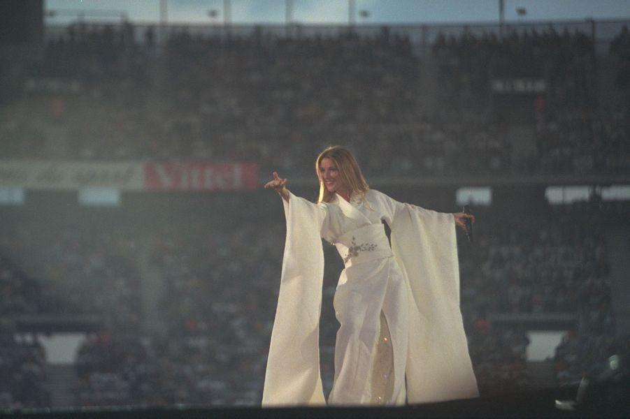 Céline Dion chante au Stade de France.