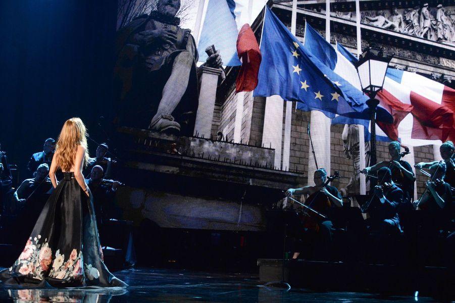 Céline Dion rend hommage aux victimes des attentats de Paris, le 22 novembre 2015.