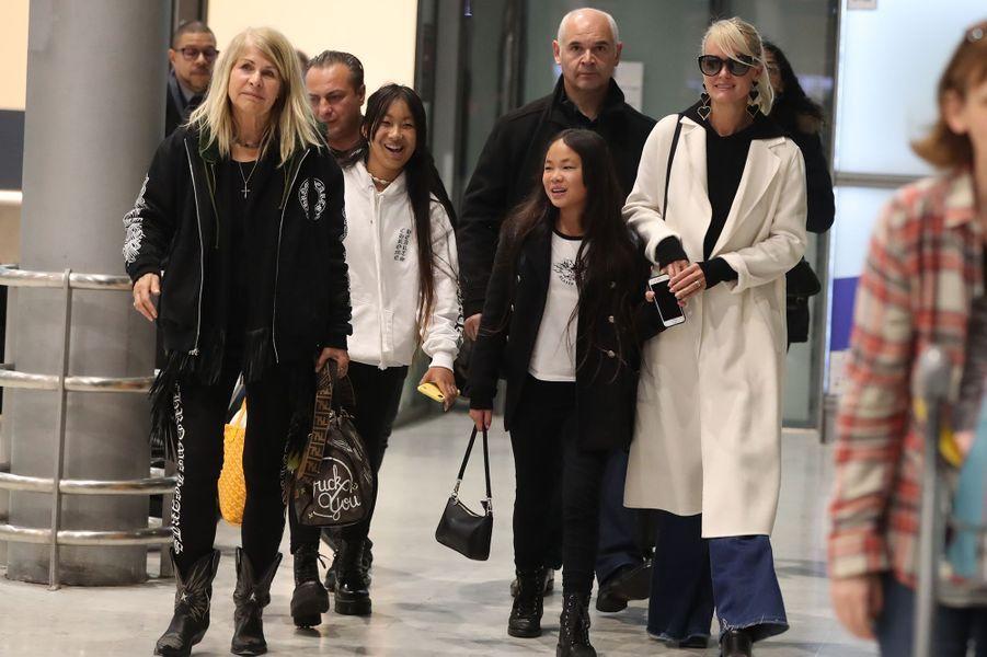 Laeticia Hallyday, sa mèreFrançoise Thibault,ses filles Jade et Joy, son chauffeur Carl, et son garde du corps Jimmy Reffasà l'aéroport Roissy CDG le mardi 19 novembre 2019.