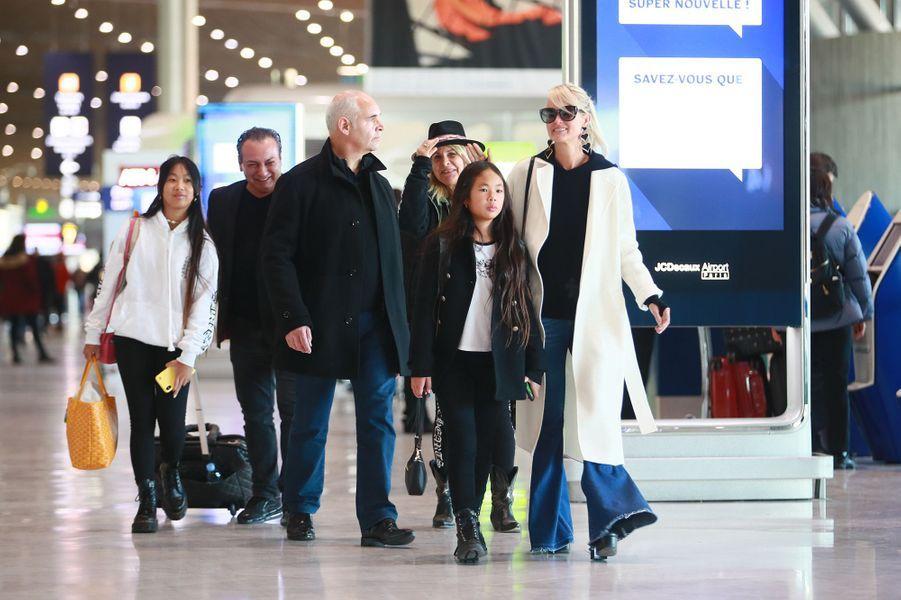 Laeticia Hallyday, sa mèreFrançoise Thibault,ses filles Jade et Joy, et son garde du corps Jimmy Reffas,arriventà l'aéroport Roissy CDG le mardi 19 novembre 2019.