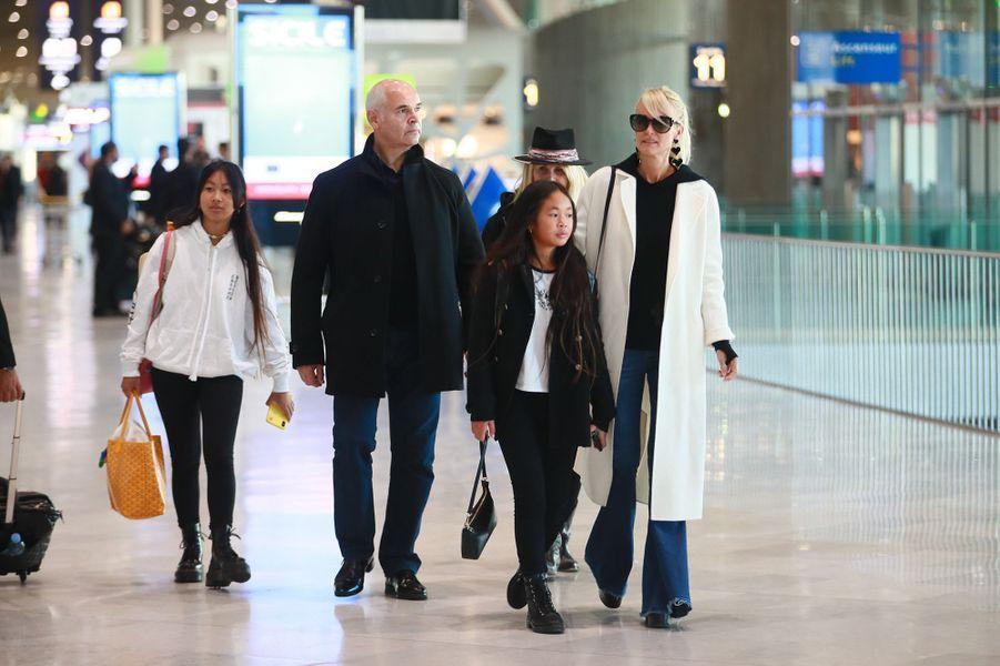 Laeticia Hallyday, sa mèreFrançoise Thibault,ses filles Jade et Joy, sonchauffeur Carl, et son garde du corps Jimmy Reffas,à l'aéroport Roissy CDG le mardi 19 novembre 2019.
