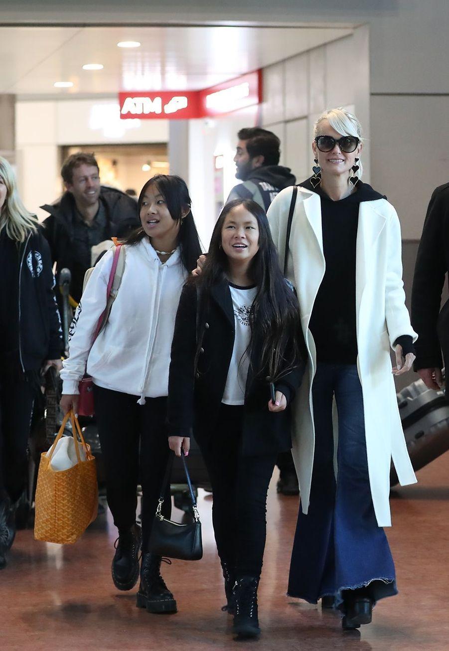 Laeticia Hallyday et ses filles Jade et Joyarriventà l'aéroport Roissy CDG le mardi 19 novembre 2019.