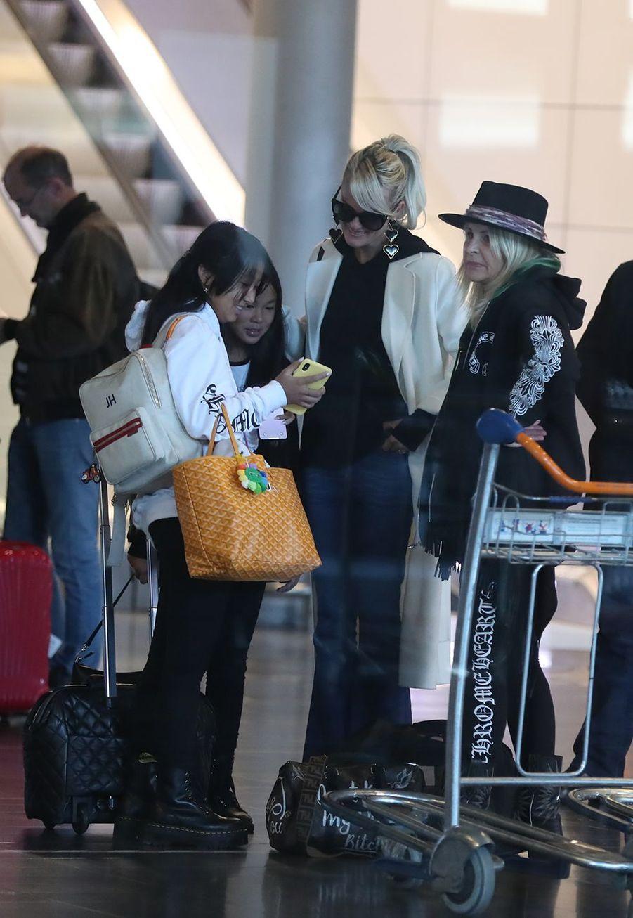 Laeticia Hallyday, ses filles Jade et Joy, et sa mère Françoise Thibaultarriventà l'aéroport Roissy CDG le mardi 19 novembre 2019.