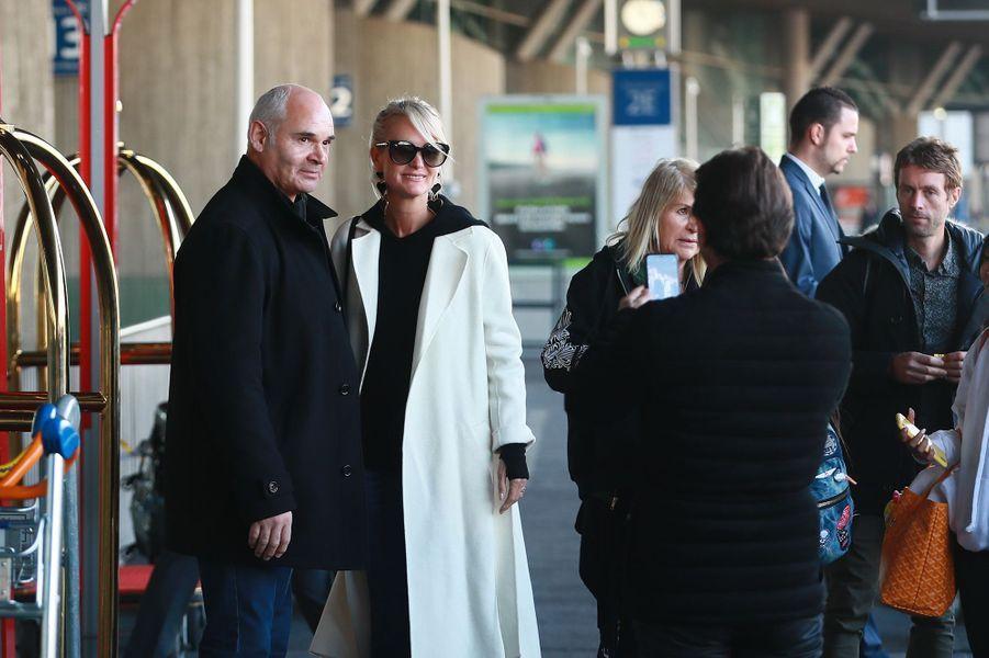 Laeticia Hallyday, son garde du corps JimmyReffas, et sa mère Françoise Thibaultà l'aéroport Roissy CDG le mardi 19 novembre 2019.