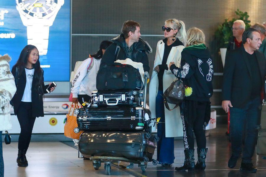 Laeticia Hallyday avecsa fille Joy, son frère Grégory Boudou, et sa mère Françoise Thibaultà l'aéroport Roissy CDG le mardi 19 novembre 2019.
