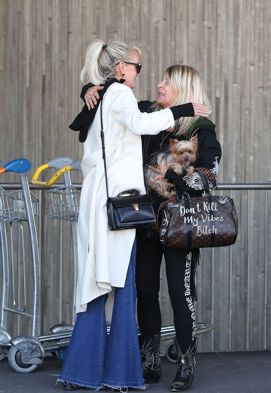 Laeticia Hallyday et sa mère Françoise Thibaultarriventà l'aéroport Roissy CDG le mardi 19 novembre 2019.