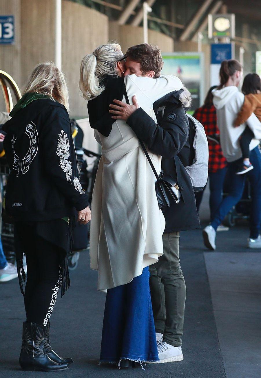 Laeticia Hallyday retrouve son frère Grégory Boudouà l'aéroport Roissy CDG le mardi 19 novembre 2019.