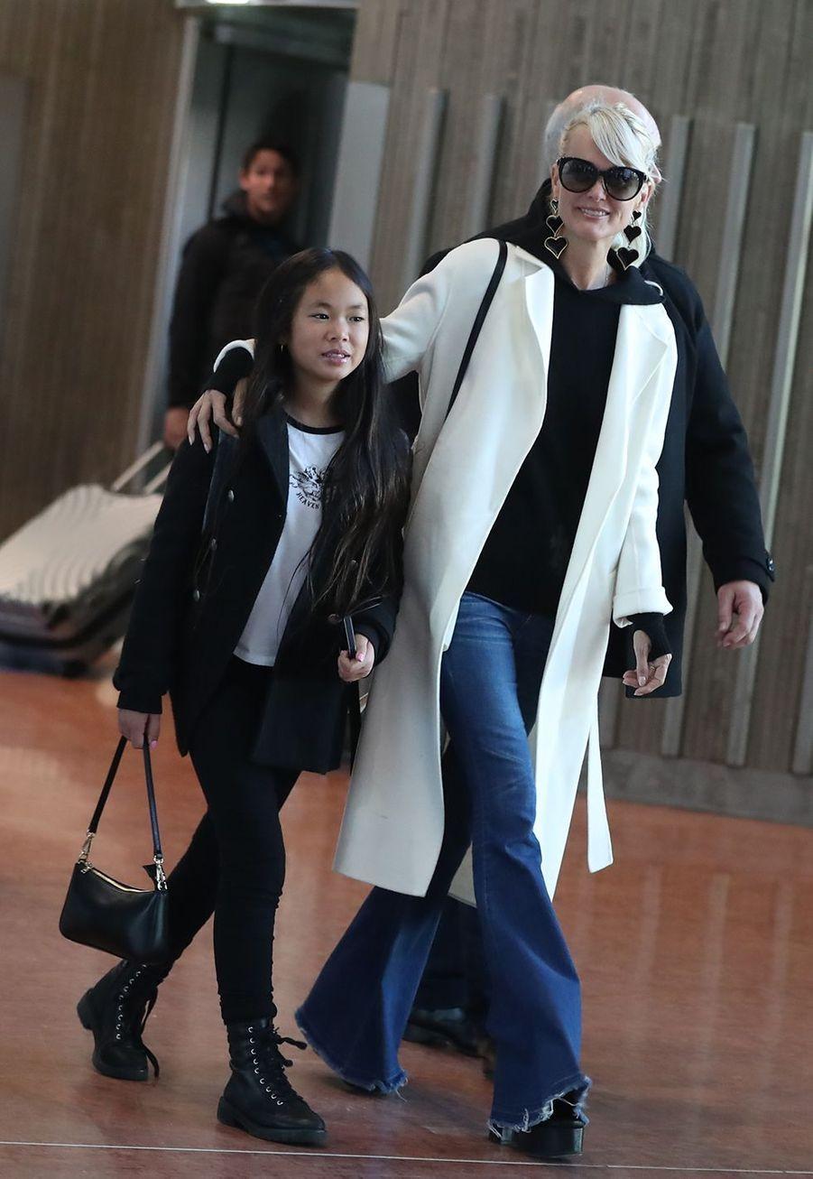 Laeticia Hallyday et sa cadette Joyarriventà l'aéroport Roissy CDG le mardi 19 novembre 2019.