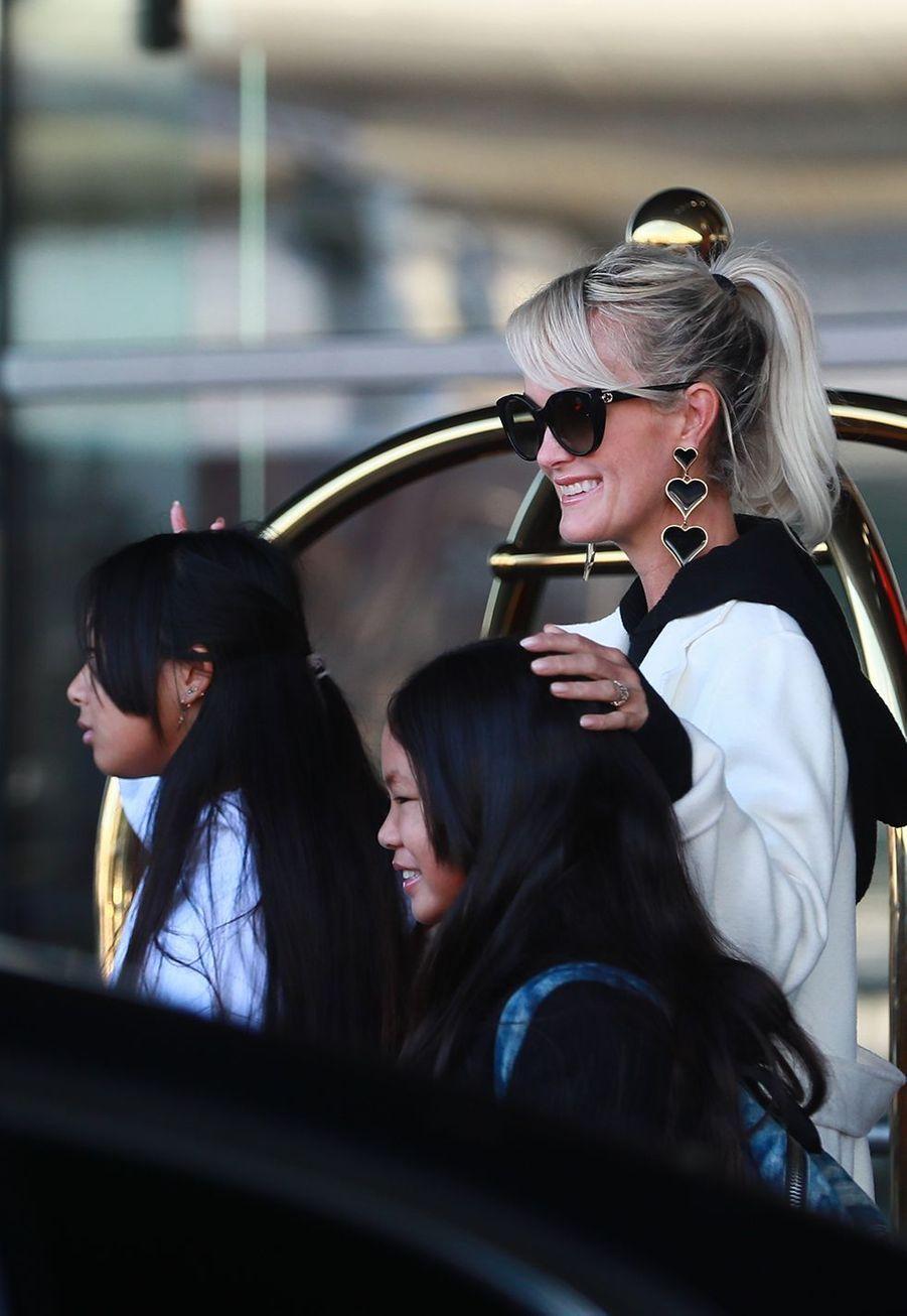 Laeticia Hallyday, et ses filles Jade et Joyarriventà l'aéroport Roissy CDG le mardi 19 novembre 2019.