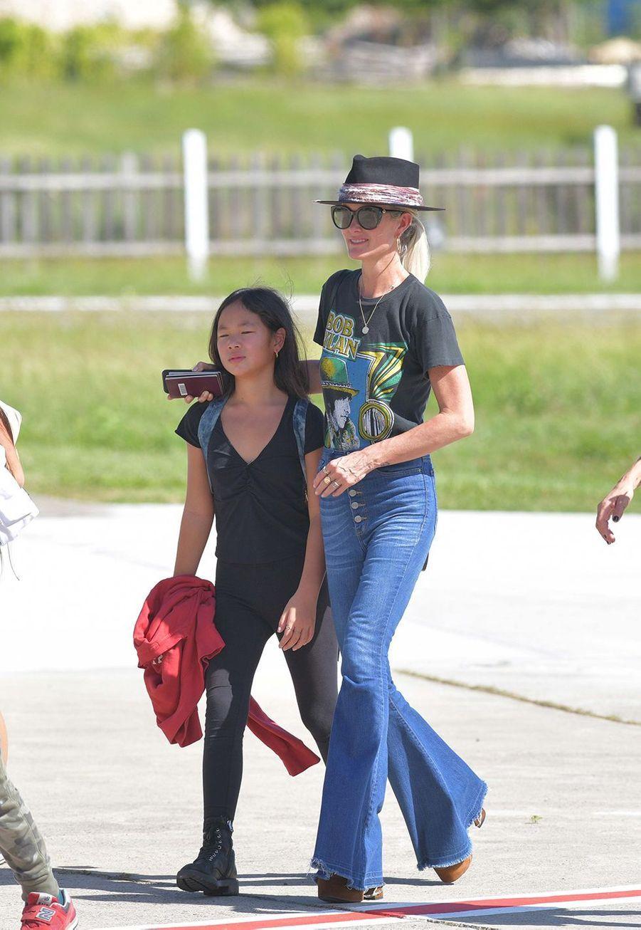 Laeticia Halllyday arrive à Saint-Barthélemy avec ses filles Jade et Joy le 4 décembre 2019