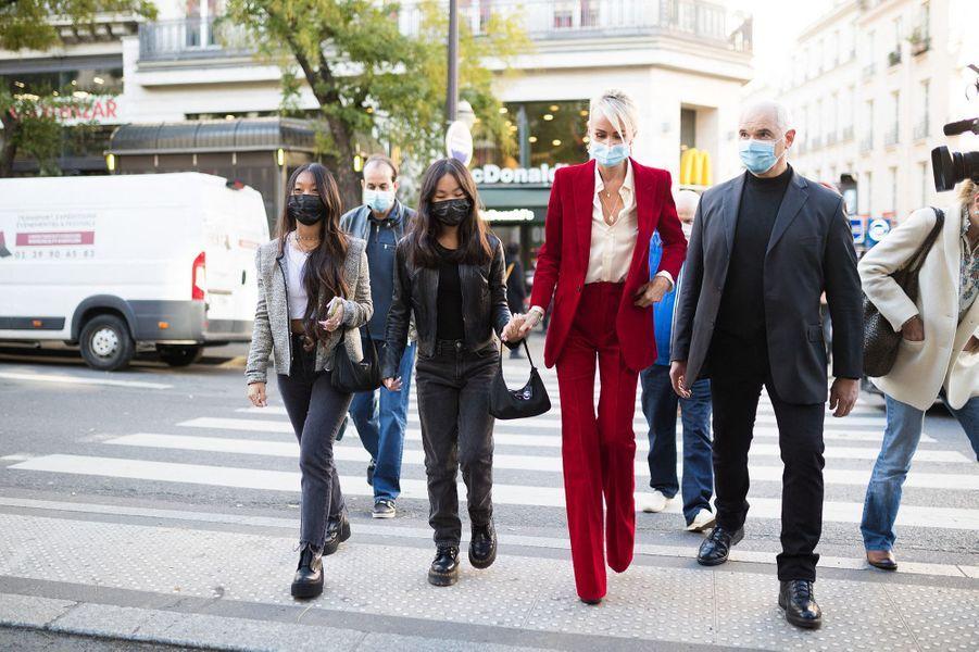 Laeticia Hallyday et ses filles Jade et Joyà Paris le 21 octobre 2020