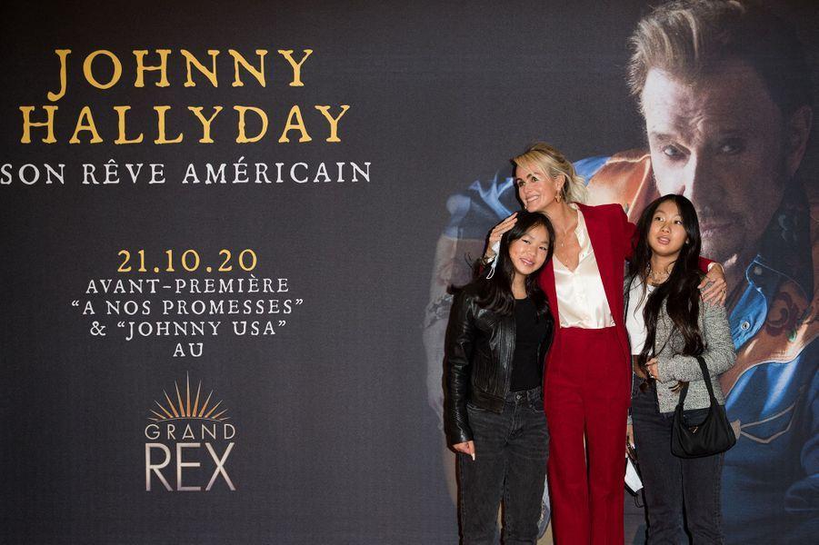 Laeticia Hallyday et ses filles Joy et Jadeau Grand Rex à Paris pour la projectiondes documentaires «Johnny USA» et «A nos promesses» à l'occasion de la sortie du coffret «Johnny, son rêve américain», le 21 octobre 2020