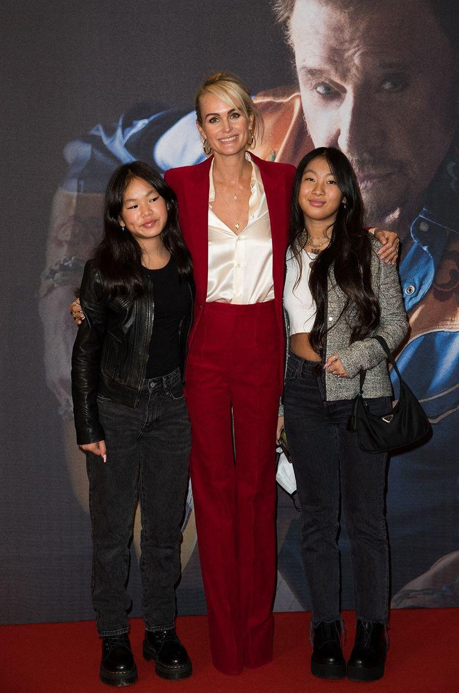 Laeticia Hallyday et ses filles Joy et Jade au Grand Rex à Paris pour la projectiondes documentaires «Johnny USA» et «A nos promesses» à l'occasion de la sortie du coffret «Johnny, son rêve américain», le 21 octobre 2020