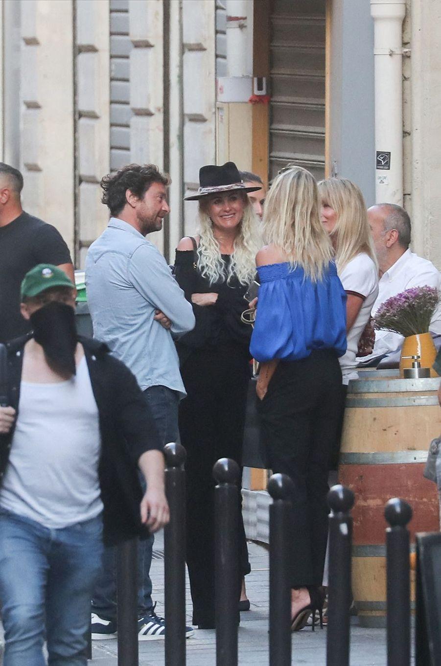 Laeticia Hallyday et Pascal Balland avec leurs amies Isabelle Camus et Liliane Jossua à Paris le 30 juin 2020